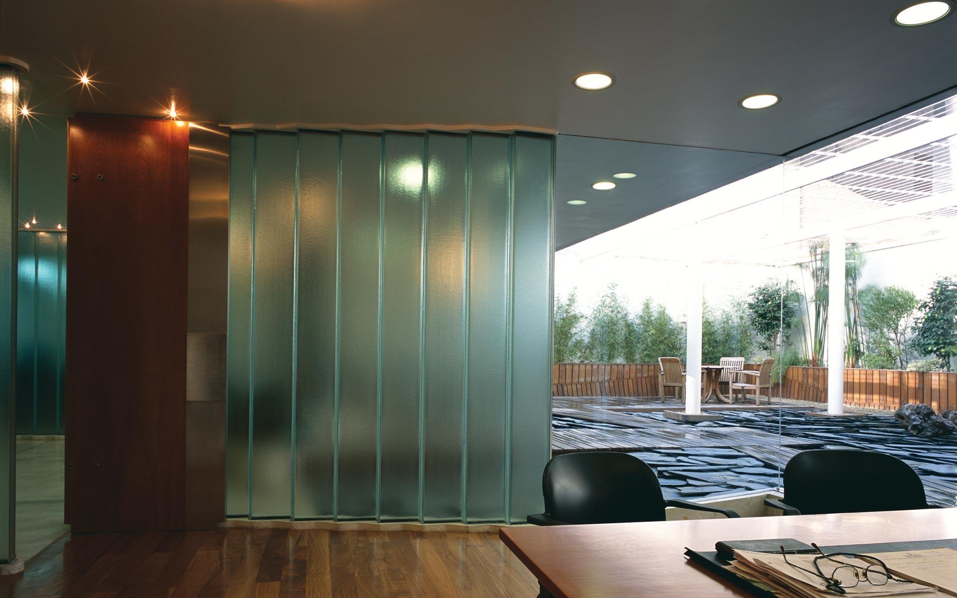 diseño interior, paisajismo, oficina ceo y patio jardín con deck y piedra