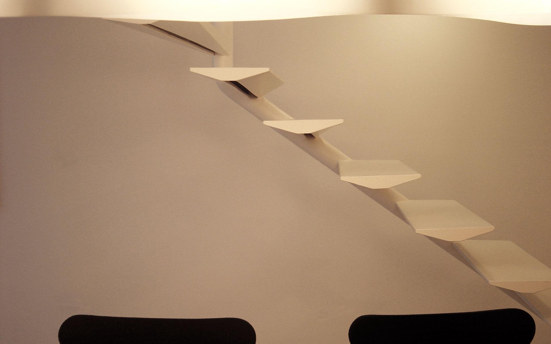 Arquitectura y Diseño Interior, escalones flotantes blancos de escalera metálica de diseño con lámpara en primer plano y sillas butterfly color negro