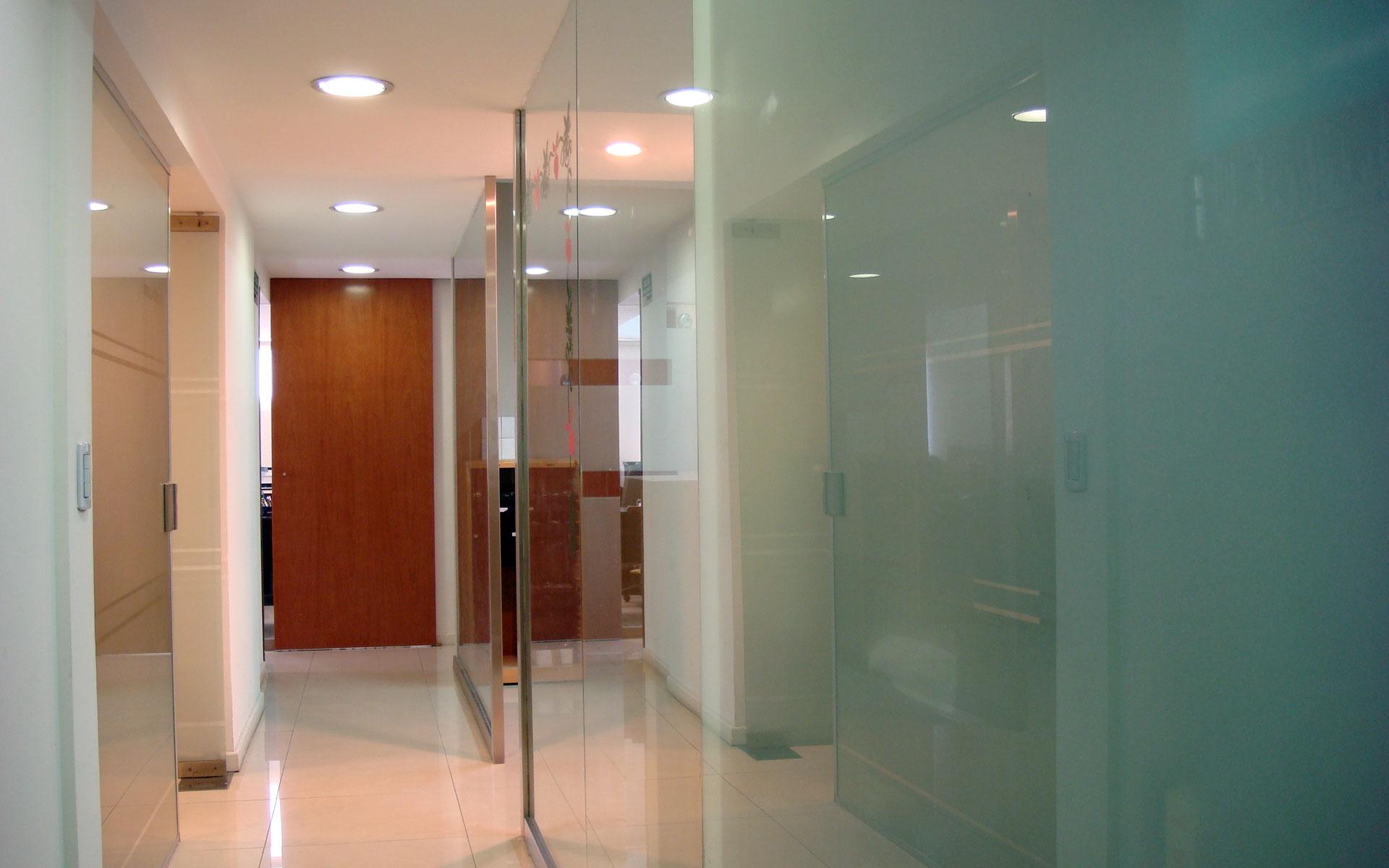 Diseño interior, reforma oficina, circulación accesos, papelería de vidrio templado y acero inoxidable