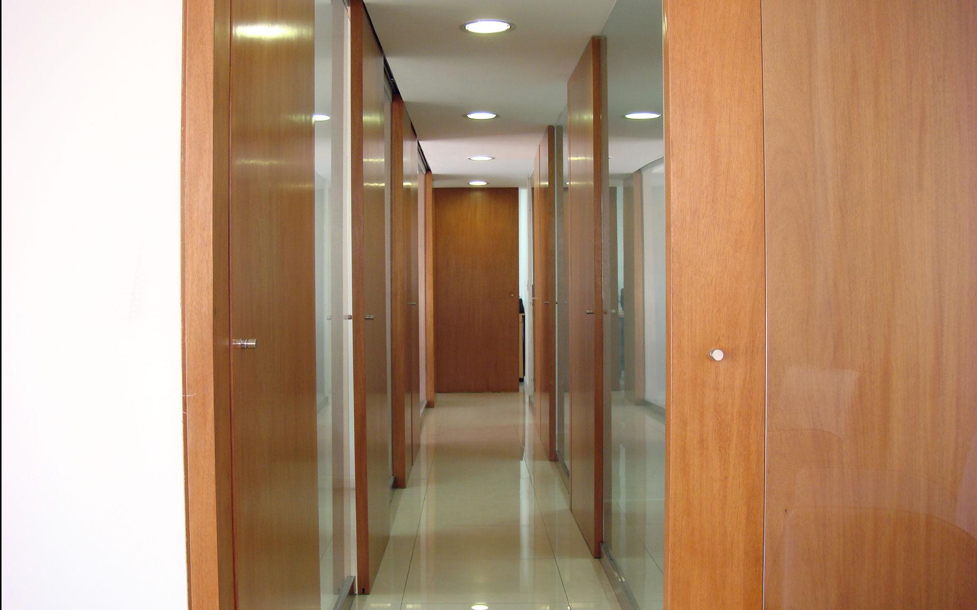 diseño interior, reforma oficina, sistema puertas madera y paneles de vidrio