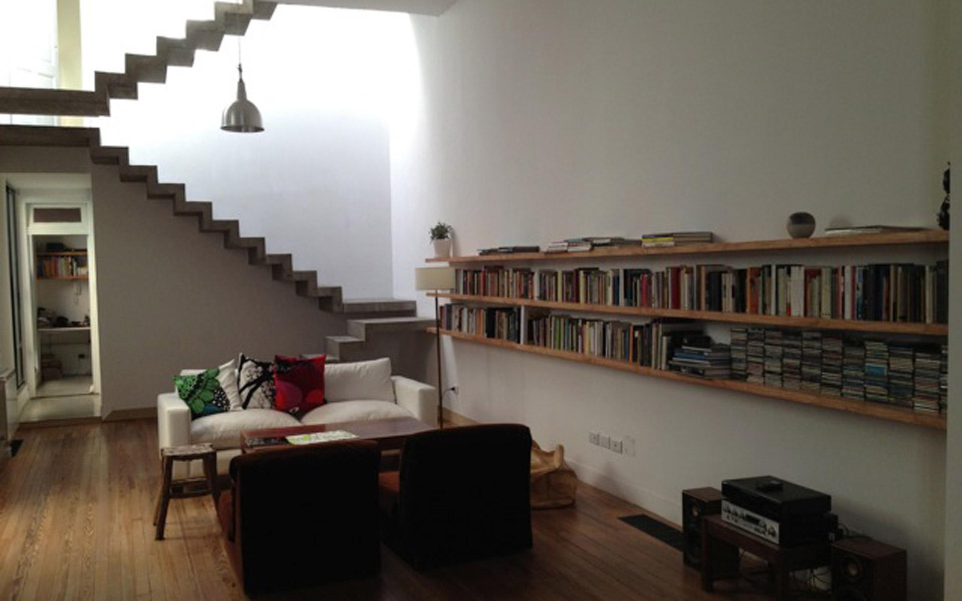 Arquitectura interior, Reforma PH antiguo, living y escalera plegado de hormigón y piso de pintoea recuperado