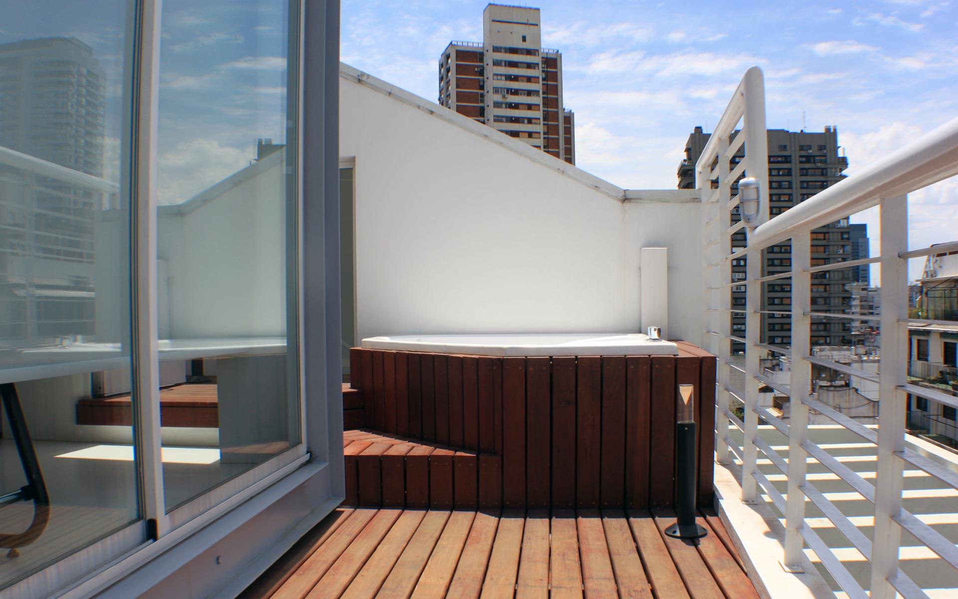 Reforma terraza ph y departamento. Fachada estudio y terraza con deck de madera y jacuzzi