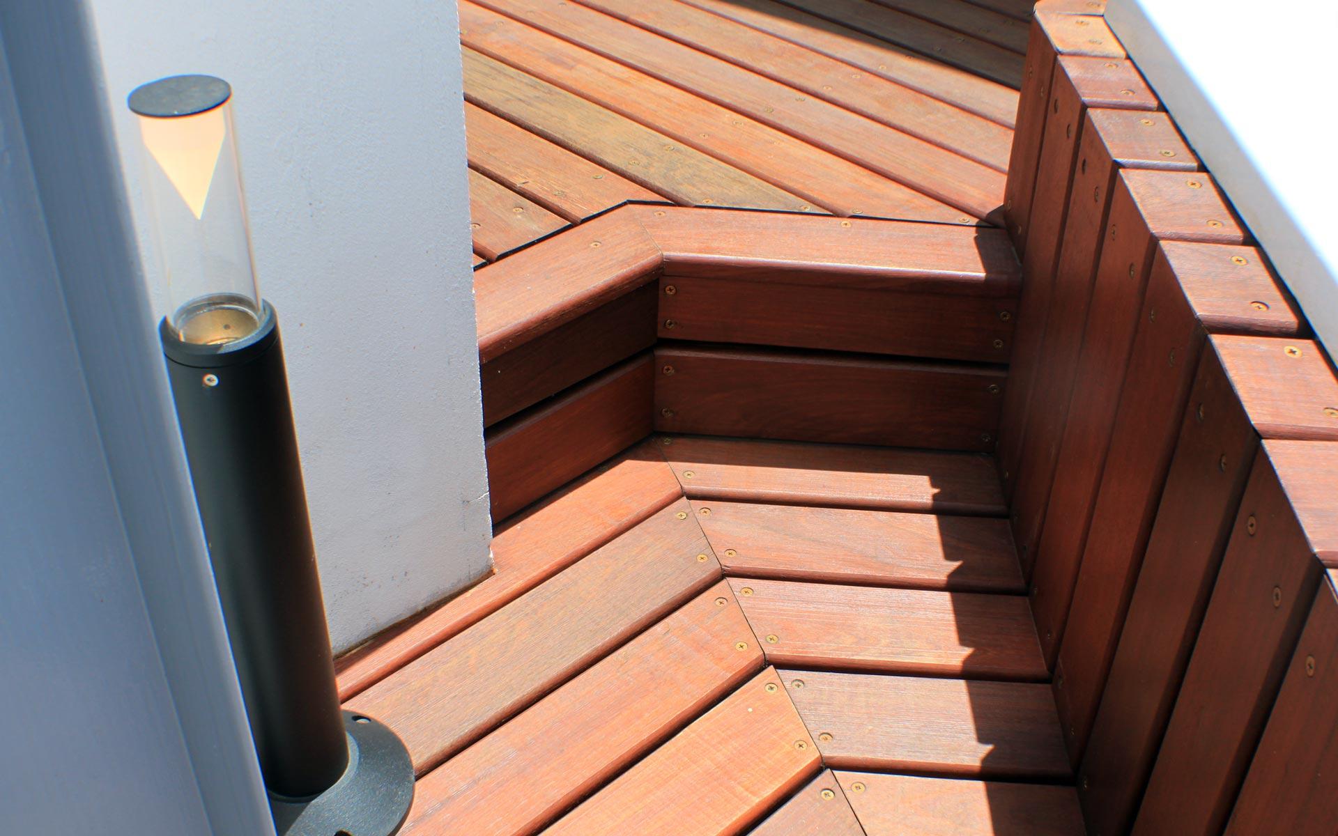 Reforma terraza ph y departamento. Detalle deck de madera escalones y lateral jacuzzi
