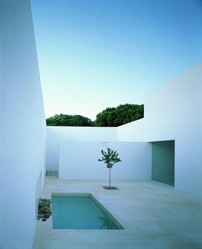 Arquitectura patio exterior blanco con pileta (piscina) de la casa Gaspar del Arquitecto Campo Baeza