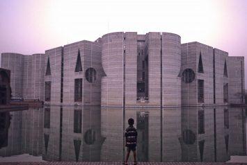 Cover foto del documental sobre el arquitecto Louis Kahn en la foto un niño mirando el Edificio de la Asamblea Nacional