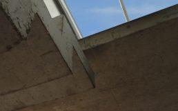Arquitectura: reforma casa moderna techo de vidrio doble altura y detalle escalera plegado de hormigón
