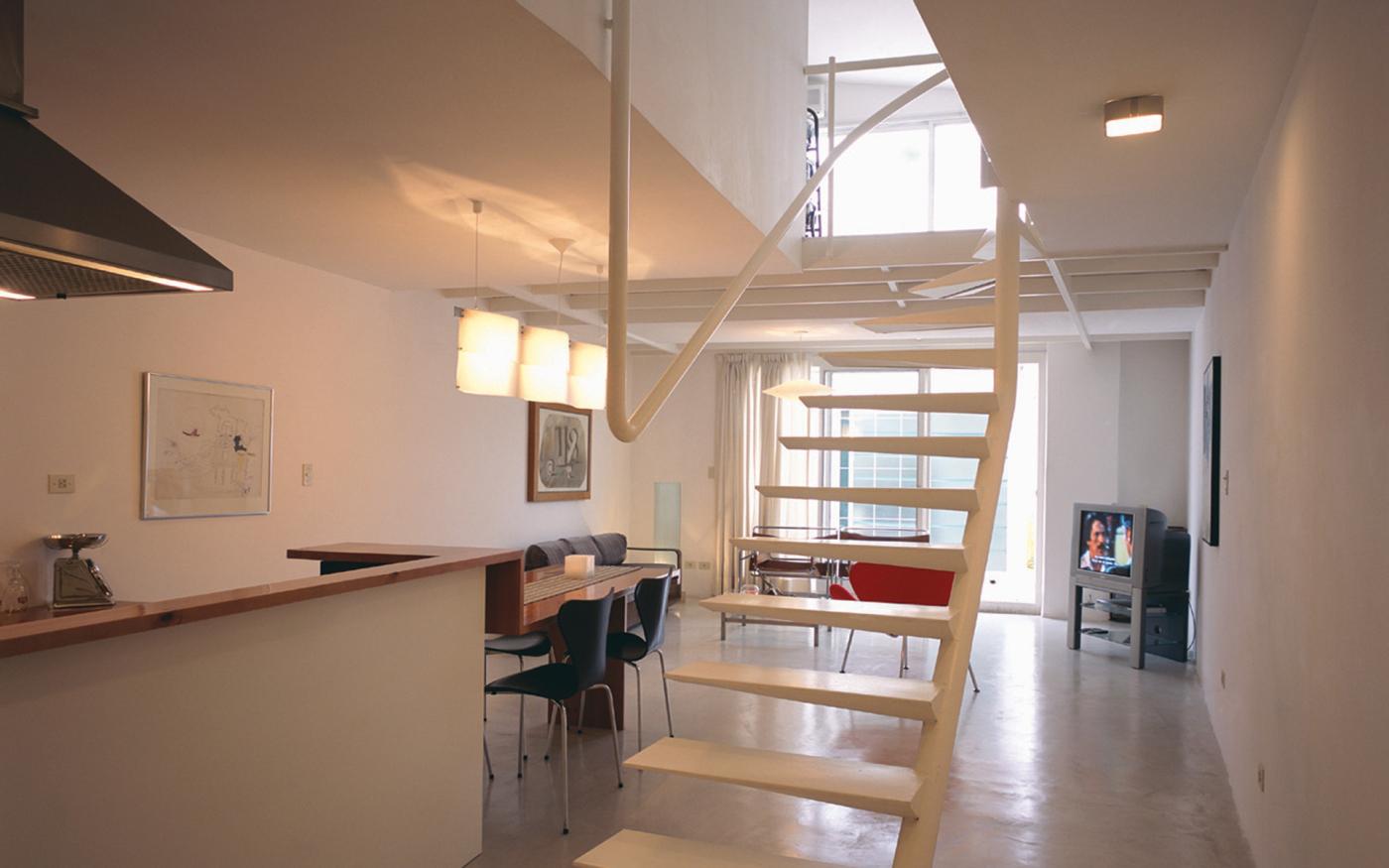 Loft 34 una escalera flotante central najmias oficina for Loft reformas