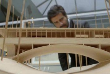 Preview del documental sobre el arquitecto argentino Amancio Williams, en la foto hombre mirando maqueta de la casa del puente