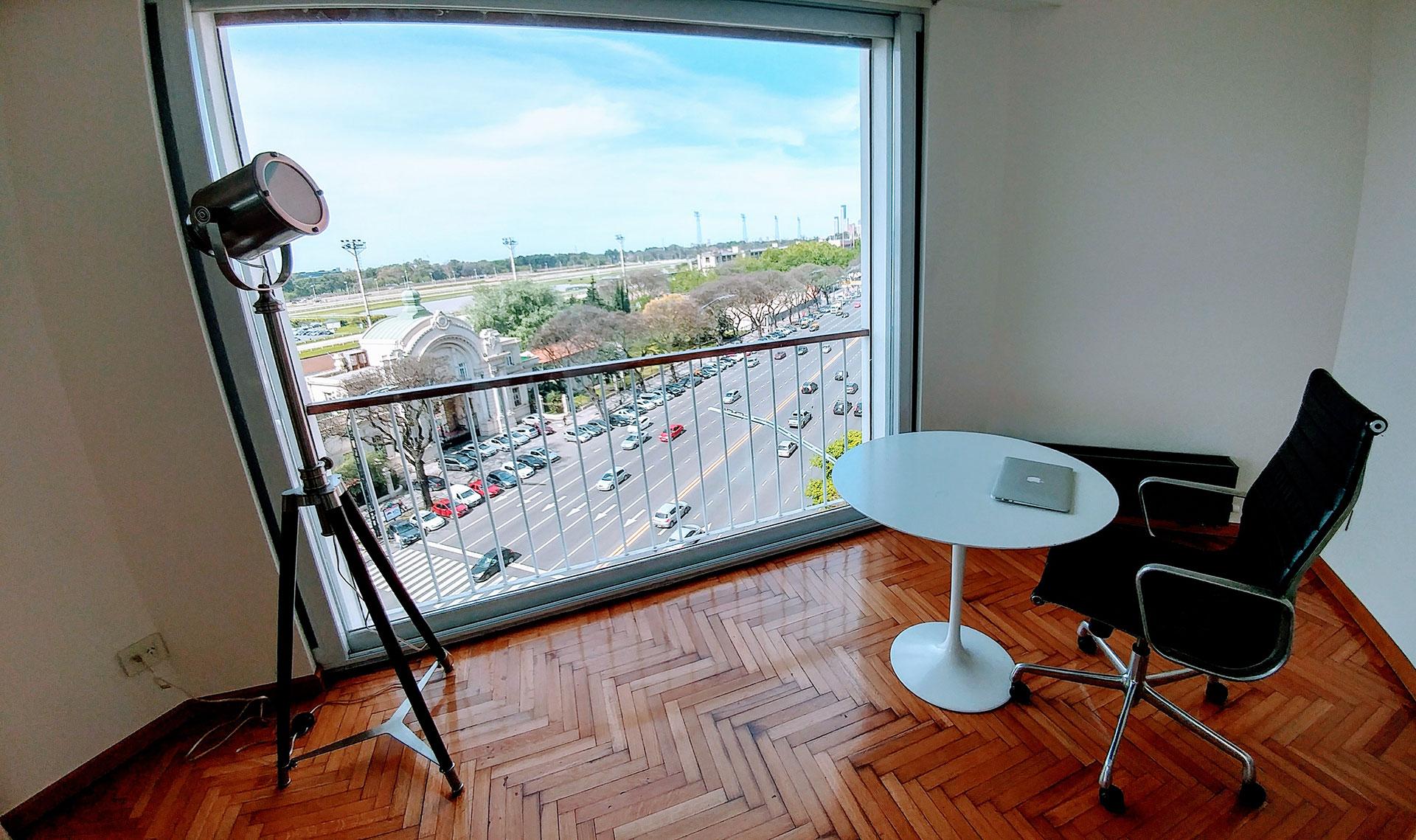 Diseño interior y reforma, ideas deco, mesa Saarinen blanca y sillón Eames de aluminio y cuero negro