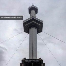 Flyer de NOA estudio de arquitectura ganador del 2do. Premio en el Concurso Parque de la Ciudad, foto torre espacial sobre cielo gris