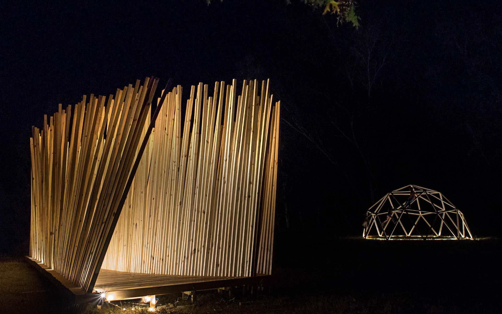 Arquitectura Diseño, Instalación Artistica: Construcción con listones de Madera de noche con iluminación