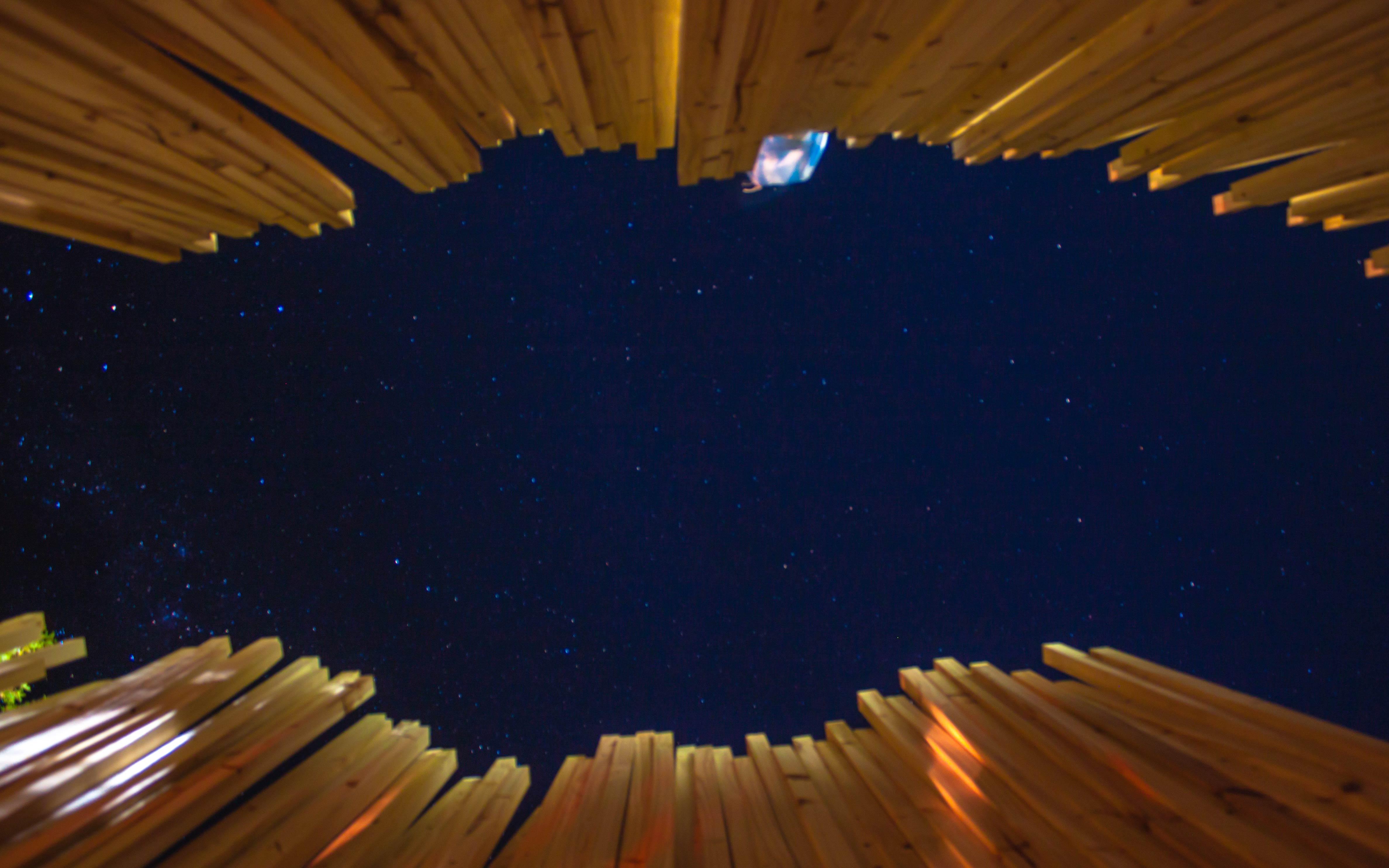 Arquitectura Diseño, Instalación Artistica: Construcción con listones de Madera espacio centra mirando al cielo nocturno
